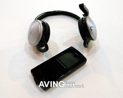 image_26473_largeimagefile One MP3 player, two headphones