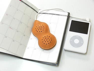 image_30470_largeimagefile Leather peanut-shaped speakers for your MP3 player