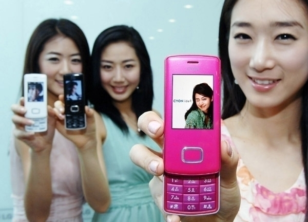 image_37568_largeimagefile LG comes out with pink chocolate phone