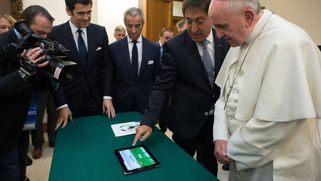 pope-francis-ipad